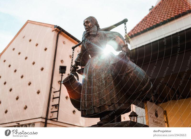 Statue am Marktplatz in Posnan IV Zentralperspektive Gegenlicht Sonnenstrahlen Sonnenlicht Kontrast Schatten Abend Tag Licht Textfreiraum Mitte