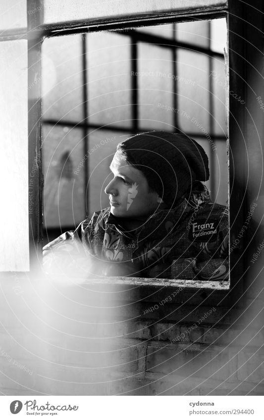 Franzmann Lifestyle Stil Mensch Junger Mann Jugendliche 18-30 Jahre Erwachsene Industrieanlage Fabrik Architektur Fenster Jacke Mütze Einsamkeit entdecken