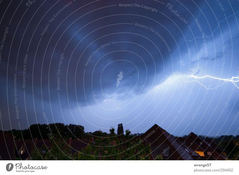 Entladung Himmel Natur blau Stadt Wolken Haus dunkel Gebäude Horizont Deutschland Europa Dach bedrohlich Unwetter Blitze Gewitter