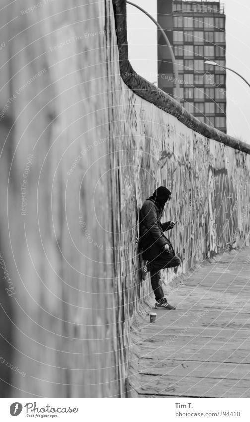Berliner Mauer Telefon Handy Mensch maskulin Mann Erwachsene Jugendliche Körper 1 13-18 Jahre Kind Hauptstadt Stadtzentrum Bauwerk Wand Sehenswürdigkeit
