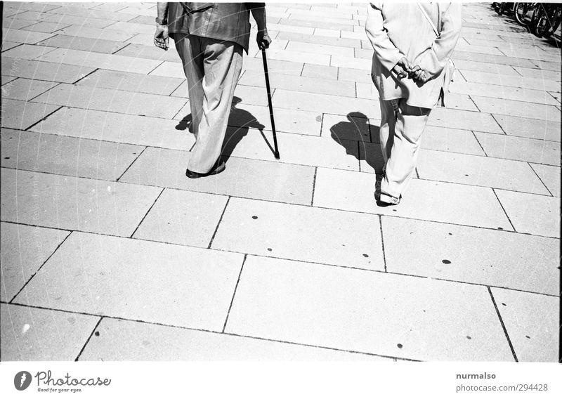 Gemeinsam und doch einsam Mensch Frau Mann alt Erwachsene Umwelt Senior Leben Glück Beine Gesundheit Fuß natürlich Zusammensein gehen Körper