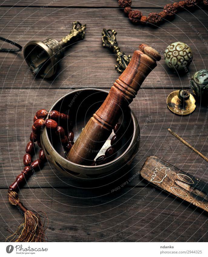 Kupferklangschale und ein Holzstab Schalen & Schüsseln Lifestyle Gesundheitswesen Behandlung Alternativmedizin Wellness Erholung Meditation Massage Tisch Musik