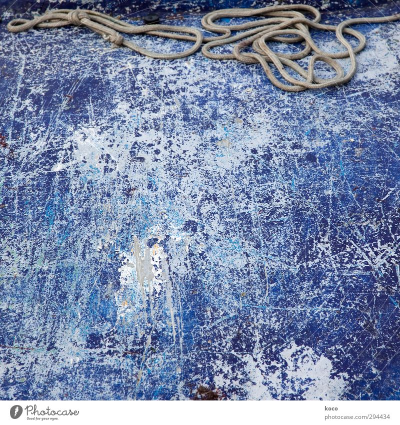 Seilschaft blau alt weiß Wand Mauer Metall braun liegen Wasserfahrzeug kaputt einfach Baustelle retro Netzwerk trocken