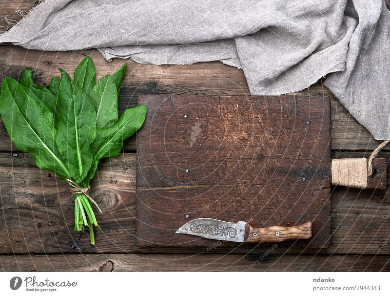 Bund frischer grüner Sauerampferblätter Gemüse Suppe Eintopf Kräuter & Gewürze Vegetarische Ernährung Messer Tisch Seil Natur Pflanze Blatt Holz oben grau