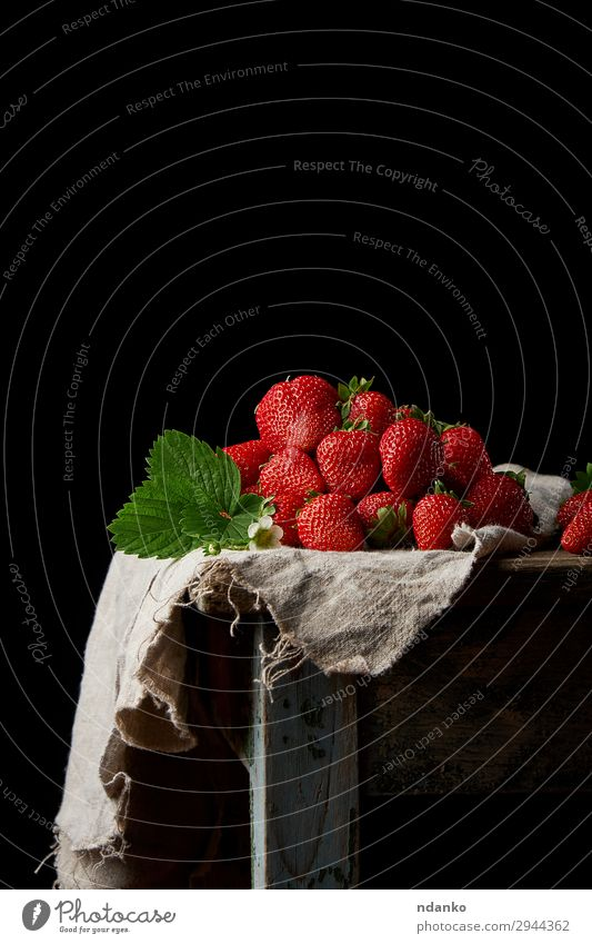 frische reife rote Erdbeeren Frucht Dessert Tisch Natur Blatt Holz Essen klein lecker natürlich saftig grün schwarz süß geschmackvoll Vitamin Erfrischung Beeren