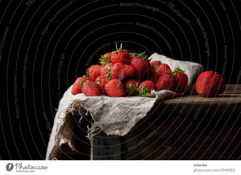 Bund frischer reifer roter Erdbeeren Frucht Dessert Tisch Natur Blatt Holz klein natürlich grün schwarz Lebensmittel Gesundheit süß organisch Buchse