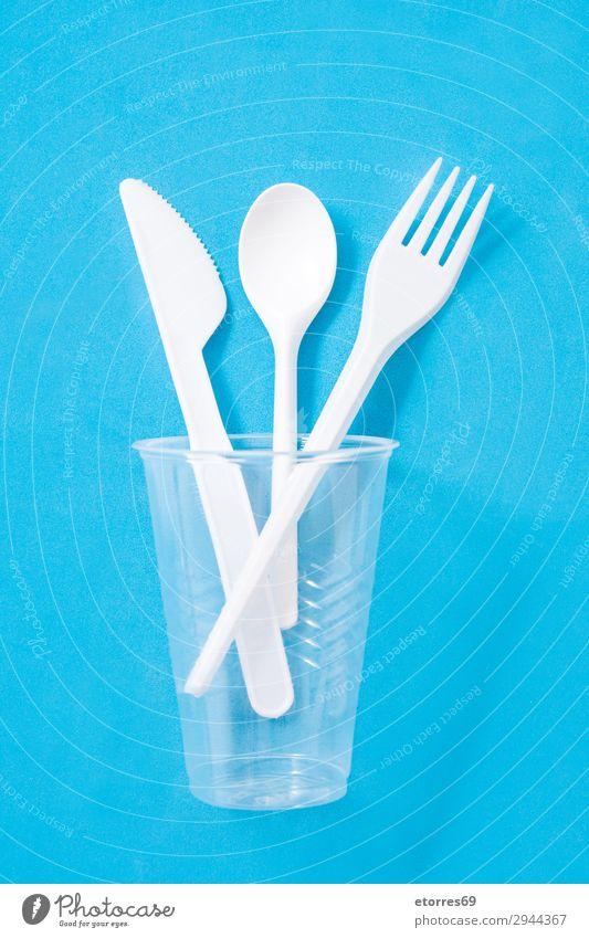 Einwegbesteck aus Kunststoff auf blauem Hintergrund. Draufsicht Küche Geschirr Besteck Recycling leer Umwelt Gabel Müll Menschengruppe industriell Geburtstag