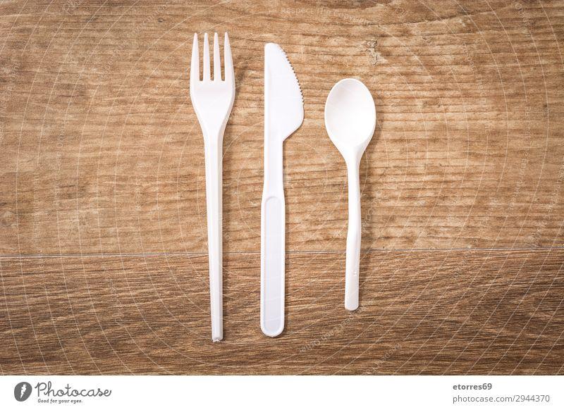 Einwegbesteck aus Kunststoff auf Holztisch. Draufsicht Küche Geschirr Recycling leer Umwelt Gabel Müll Menschengruppe industriell Geburtstag Tafelmesser