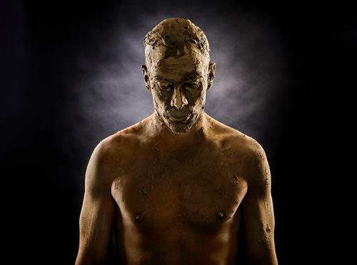 Auferstehung Stil maskulin Junger Mann Jugendliche 1 Mensch 30-45 Jahre Erwachsene Skulptur Erde Sand Maske kurzhaarig stehen träumen Traurigkeit sportlich