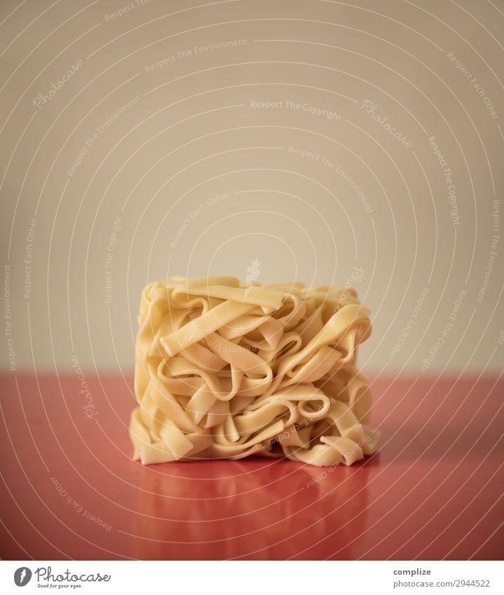 Nudeln im Quadrat Lebensmittel Teigwaren Backwaren Ernährung Essen Mittagessen Bioprodukte Italienische Küche Glück schön Gesundheit Hausbau