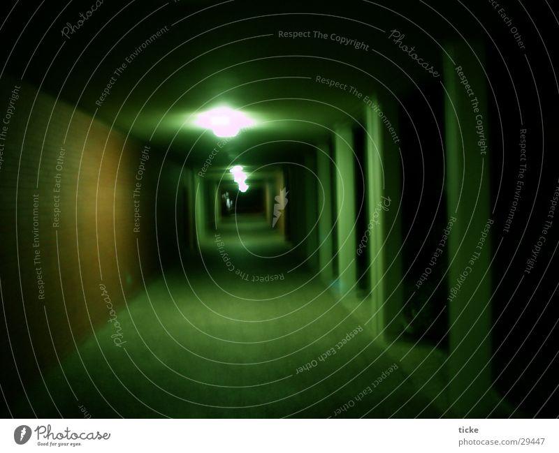 Gang im dunkeln Nacht Backstein grün Licht Architektur Säule