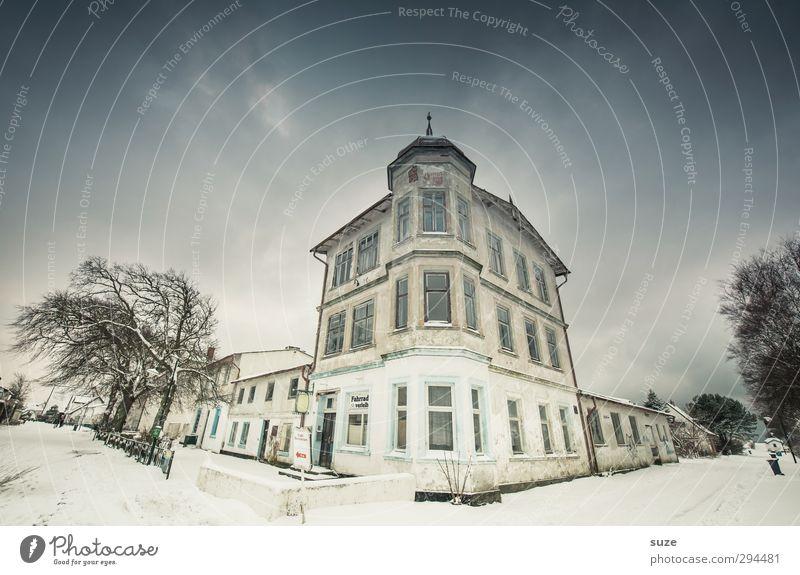 Herrenhaus Himmel Baum Einsamkeit Winter Haus Umwelt Fenster kalt Schnee Straße Wege & Pfade Gebäude außergewöhnlich Fassade Ecke fantastisch