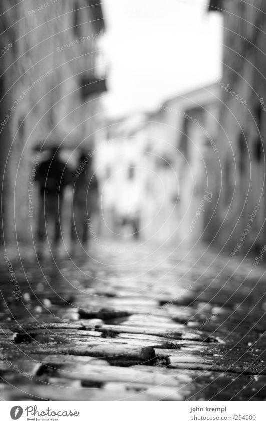Müßiggang ist aller Pflaster Anfang Stadt Liebe Wand Straße Architektur Mauer Gebäude gehen Regen Zufriedenheit Idylle Hoffnung Romantik Lebensfreude Dorf Verliebtheit