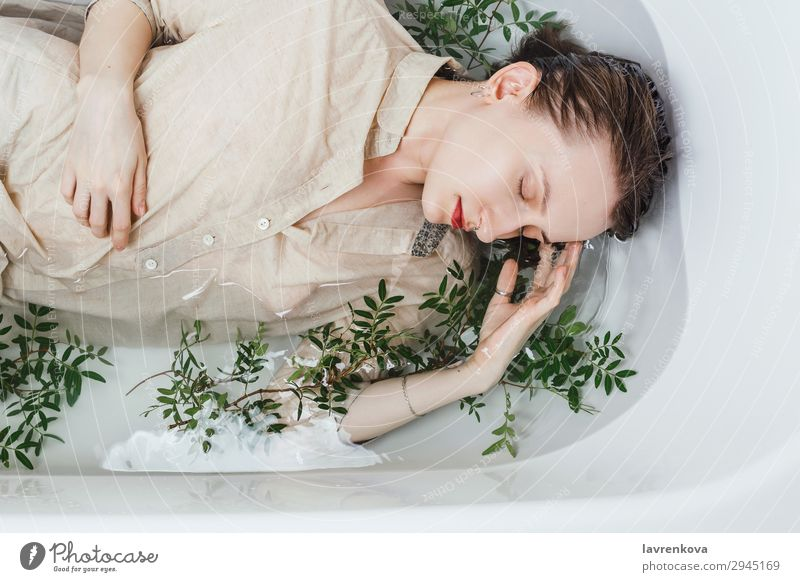 Weibchen in der Badewanne liegend mit Pistazienzweigen attraktiv Schwimmen & Baden schön Ast Körperpflege Kaukasier Augen geschlossen Frau Blume frisch