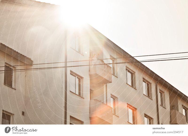 sommerlich Himmel schön Stadt Sommer Sonne Haus Umwelt Wärme Fassade Stadtleben genießen Sonnenbad Balkon Sommerurlaub Wohnhaus Wohnhochhaus
