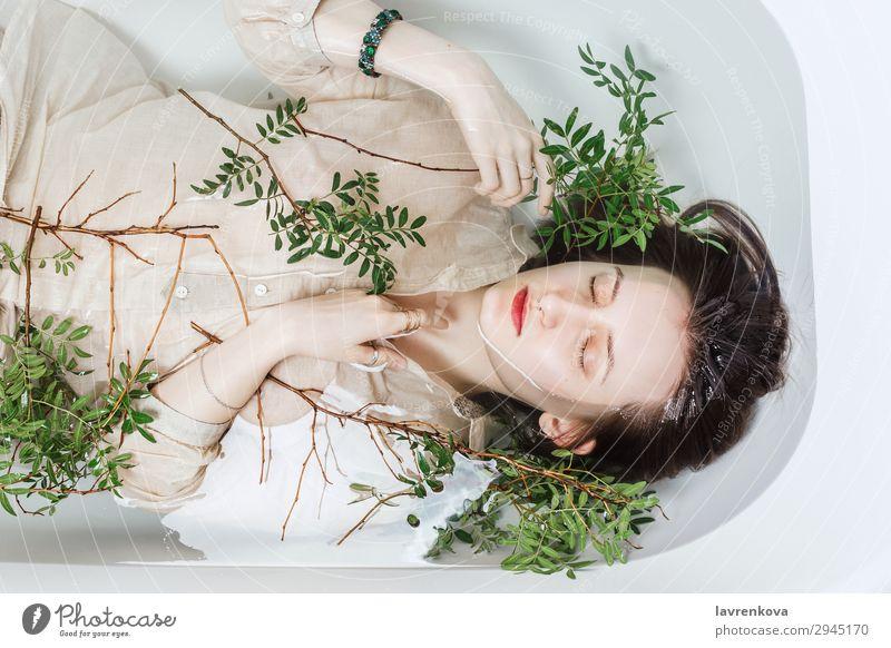 Weibchen in der Badewanne liegend mit Pistazienzweigen Kübel attraktiv Schwimmen & Baden schön Ast Körperpflege Kaukasier Frau Blume frisch Lifestyle natürlich