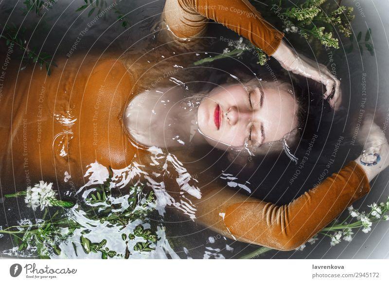 Frau, die in der Badewanne liegt und mit Holzkohlewasser gefüllt ist. Septum Schwimmen & Baden Beautyfotografie Körper Bombe Ast Körperpflege Kaukasier Entzug