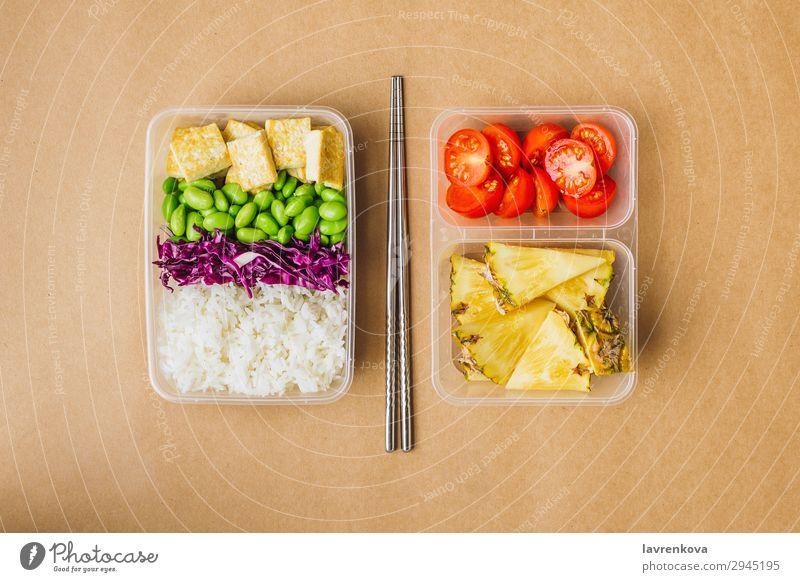 Gesunde vegane Bento-Box im asiatischen Stil flache Verlegung Kirschtomaten geschnitten Ananas Rotkohl geschmackvoll grün Essen zubereiten Metallstäbchen