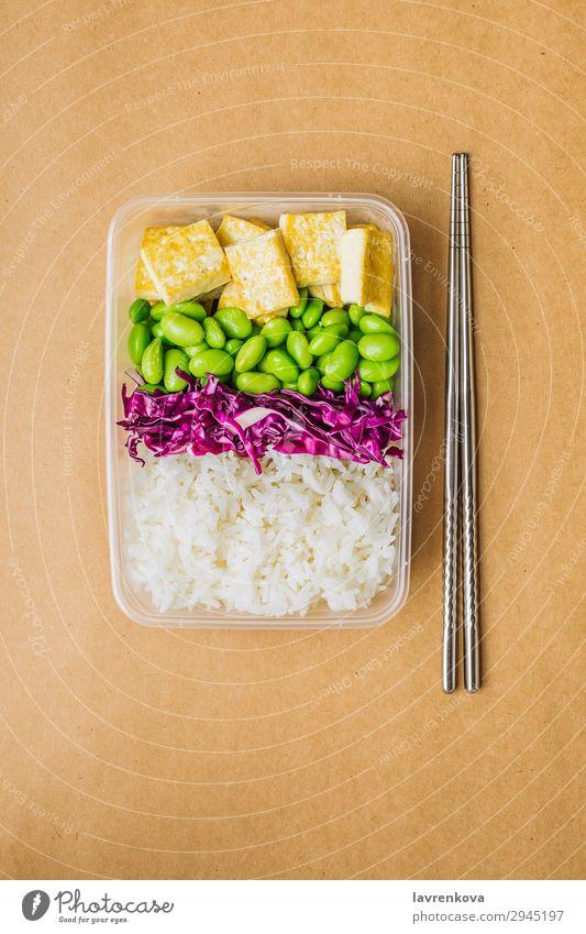 Gesunde vegane Bento-Box im asiatischen Stil Rotkohl geschmackvoll grün Essen zubereiten Metallstäbchen wegnehmen Lunch-Box keine Verschwendung