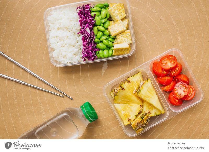 Gesunde vegane Bento-Box im asiatischen Stil grün Flasche Wasser flache Verlegung Kirschtomaten geschnitten Ananas Rotkohl geschmackvoll Essen zubereiten