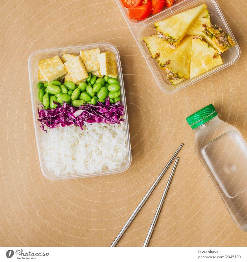 Gesunde vegane Bento-Box im asiatischen Stil Quadrat grün Flasche Wasser flache Verlegung Kirschtomaten geschnitten Ananas Rotkohl geschmackvoll