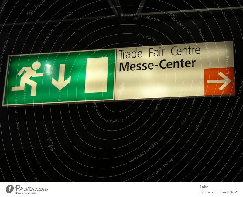 Messe Düsseldorf Schilder & Markierungen Technik & Technologie Pfeil Hinweisschild Wegweiser Elektrisches Gerät Notausgang richtungweisend