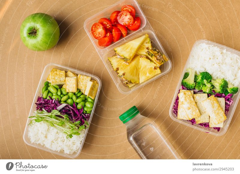Zwei gesunde vegane Lunch-Bento-Boxen im asiatischen Stil organisch Container Ernährung Schule Apfel Sprossen Brokkoli Asiatische Küche Asiatische Reistafel