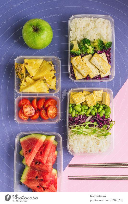 Zwei gesunde Lunchboxen auf pflanzlicher Basis nach asiatischer Art. Anklopfen Apfel Flachlegung Asiatische Küche Asiatische Reistafel Bento Brokkoli Tomate