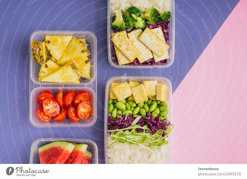 Zwei gesunde Lunchboxen auf pflanzlicher Basis nach asiatischer Art. Anklopfen Flachlegung Asiatische Küche Asiatische Reistafel Bento Brokkoli Tomate Container