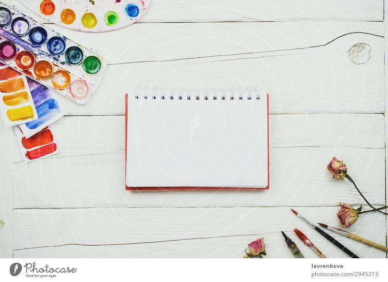 Skizzenbuch leere Seite auf Holztisch mit Palette Künstler Bürste Business mehrfarbig Entwurf Kreativität Dekoration & Verzierung Design Schreibtisch Gemälde
