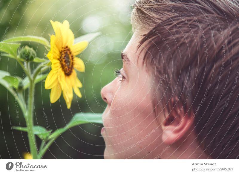 Naturverbunden Lifestyle Gesundheit Leben harmonisch Wohlgefühl Sinnesorgane ruhig Duft Ausflug Garten Mensch maskulin Junger Mann Jugendliche Kindheit Auge