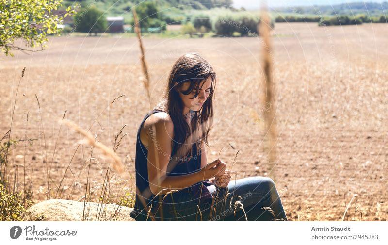 Porträt Acker Mensch Ferien & Urlaub & Reisen Natur Jugendliche Junge Frau schön Landschaft ruhig Ferne 18-30 Jahre Lifestyle Erwachsene Traurigkeit feminin