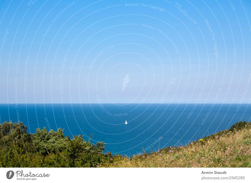 kleines Segelboot auf der Ostsee, Insel HIddensee, Deutschland Segeln Meer MEER Wasser Natur Horizont Boot Gefäße Schiff Wind Himmel blau wolkenlos breit weit