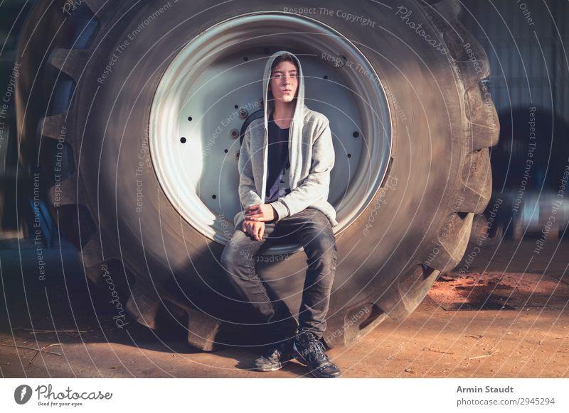 Porträt im Treckerreifen II Lifestyle Stil schön Wohlgefühl Sinnesorgane Erholung Abenteuer Arbeit & Erwerbstätigkeit Arbeitsplatz Mensch maskulin Junger Mann