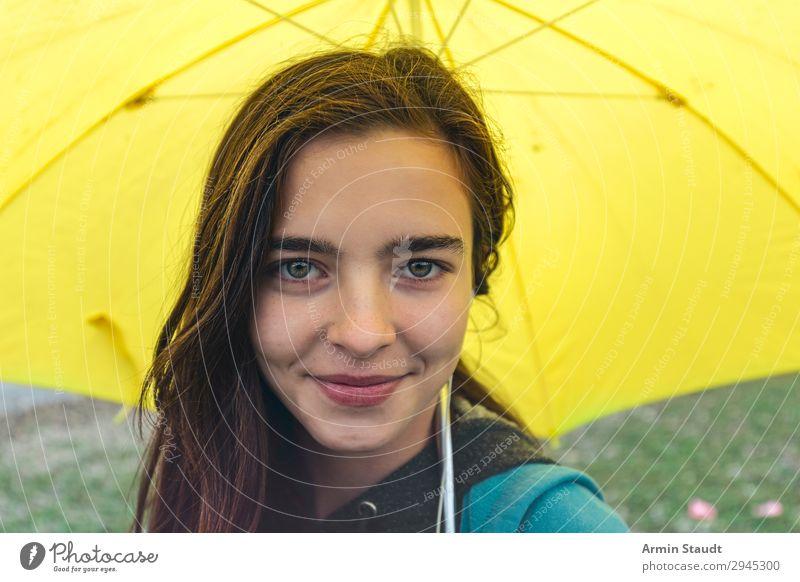 Porträt mit Regenschirm Lifestyle Freude Glück schön Zufriedenheit Erholung Ausflug Mensch feminin Junge Frau Jugendliche Gesicht 1 13-18 Jahre Landschaft