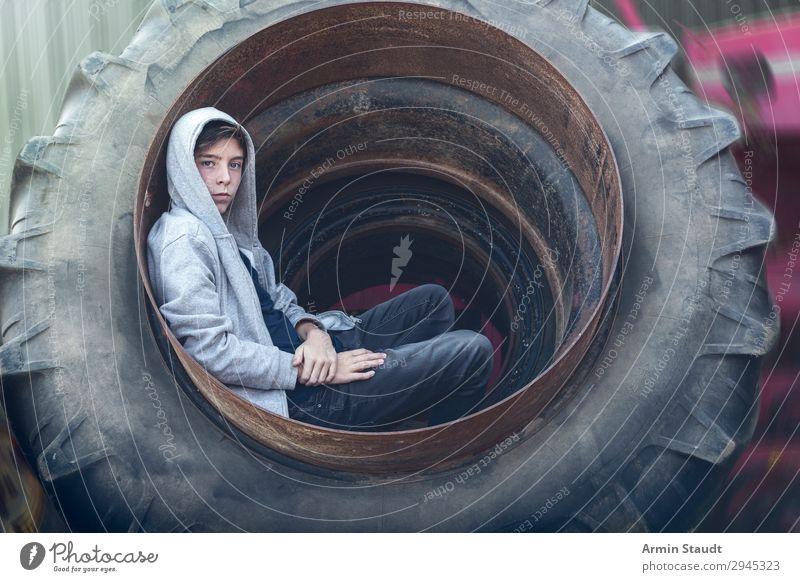 Porträt im Treckerreifen Lifestyle Stil schön Wohlgefühl Sinnesorgane Erholung Abenteuer Arbeit & Erwerbstätigkeit Arbeitsplatz Mensch maskulin Junger Mann