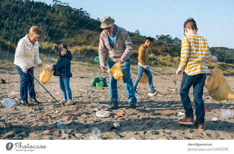 Frau Kind Mensch Mann alt Strand Erwachsene Umwelt Familie & Verwandtschaft Junge Menschengruppe Arbeit & Erwerbstätigkeit dreckig Müll reif Teamwork