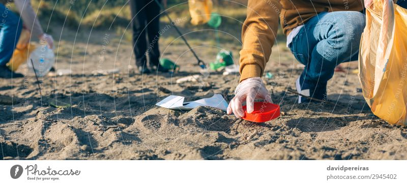 Mensch Mann Hand Strand Erwachsene Umwelt Familie & Verwandtschaft Textfreiraum Menschengruppe Arbeit & Erwerbstätigkeit Sand dreckig Sauberkeit Internet