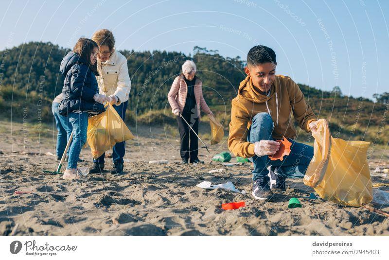 Mensch Mann Hand Strand Erwachsene Umwelt Familie & Verwandtschaft Menschengruppe Arbeit & Erwerbstätigkeit Sand dreckig Kunststoff Müll Teamwork horizontal