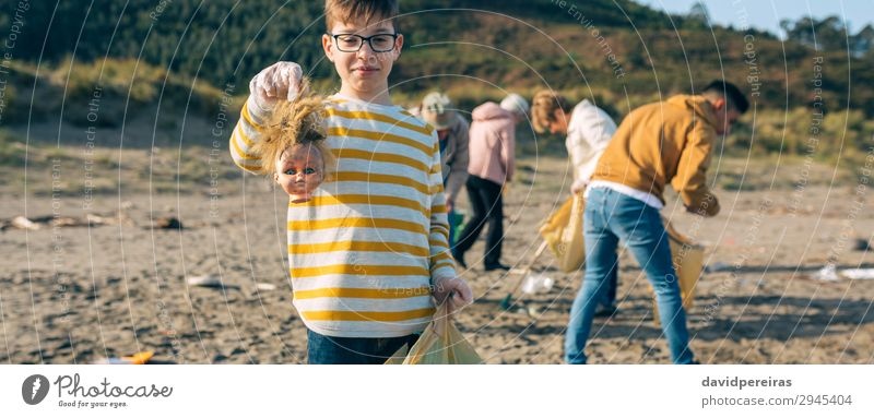 Frau Kind Mensch Mann Strand Erwachsene Umwelt Familie & Verwandtschaft Junge Menschengruppe Arbeit & Erwerbstätigkeit Sand dreckig Internet Kunststoff zeigen