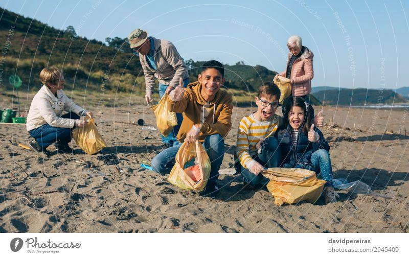 Kind Mensch Jugendliche Mann Strand Erwachsene Umwelt Familie & Verwandtschaft Glück Menschengruppe Sand dreckig Lächeln Körperhaltung Kunststoff Müll