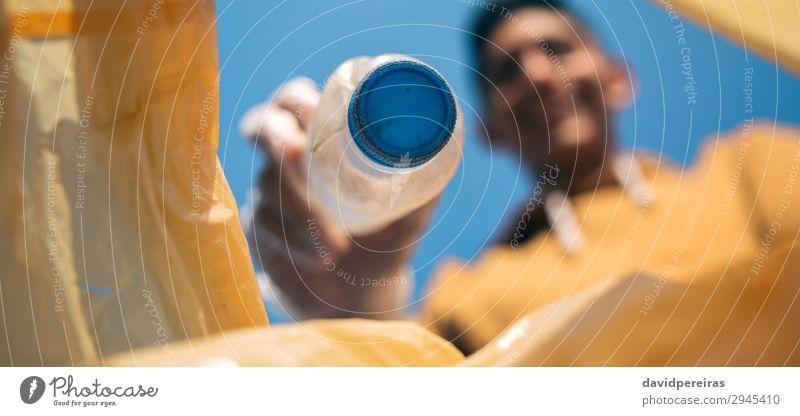 Mensch Jugendliche Mann Hand Erwachsene Umwelt Textfreiraum Arbeit & Erwerbstätigkeit Sand dreckig Lächeln Sauberkeit Internet Kunststoff Müll Teamwork
