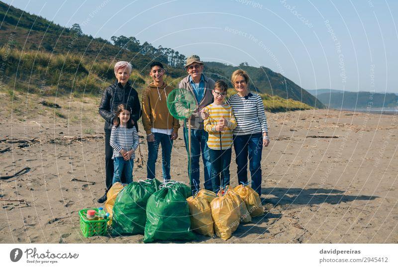 Frau Kind Mensch Mann alt Strand Erwachsene Umwelt Familie & Verwandtschaft Junge Menschengruppe Lächeln Körperhaltung Müll reif Teamwork