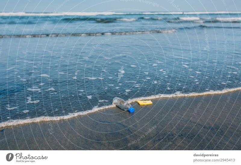 Müll an der Küste Strand Meer Umwelt Natur Landschaft Sand Dose Kunststoff dreckig Desaster Umweltverschmutzung Verunreinigung Kunststoffflasche winken