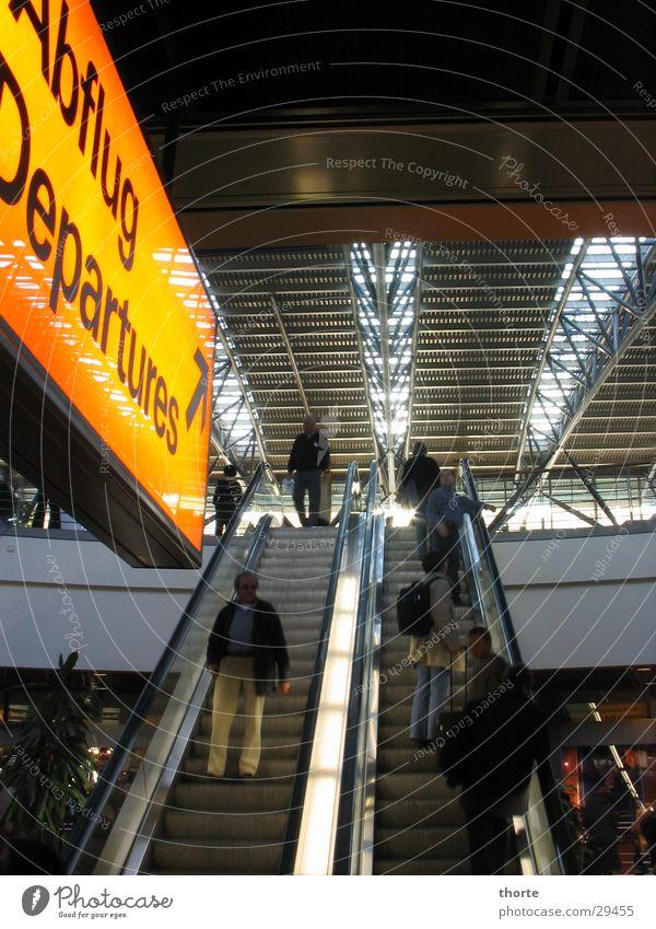 Rolling Home Hamburg Luftverkehr Flughafen Lagerhalle Abheben Rolltreppe