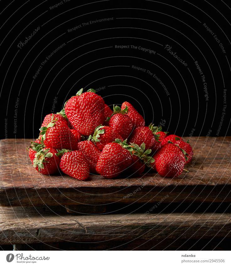 Bund frischer reifer roter Erdbeeren Frucht Dessert Tisch Natur Blatt Holz dunkel klein lecker natürlich saftig schwarz süß Beeren Buchse Lebensmittel Ernte