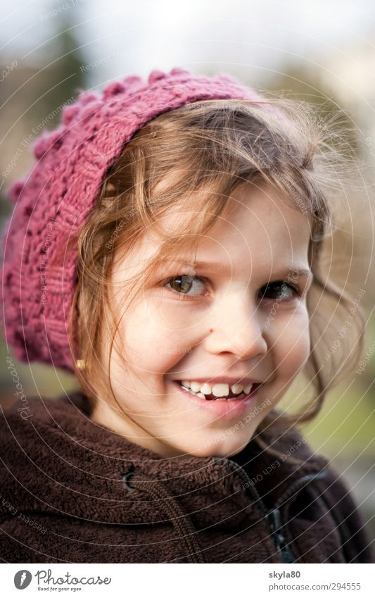 Zaubermaus Mädchen Kind Freude Blick in die Kamera lustig Gesicht Kindheit Kindheitserinnerung Mütze Winterportrait kalt lachen Lächeln schön