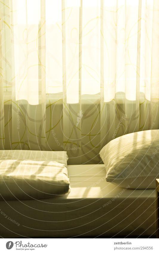 Hotel Ferien & Urlaub & Reisen Einsamkeit Fenster Stil Lifestyle hell Wohnung träumen Tourismus Zufriedenheit Häusliches Leben Sauberkeit schlafen Hoffnung Wellness Bett