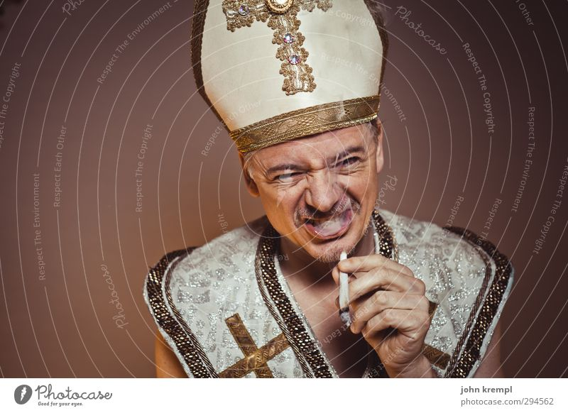 It Ain't Me Babe Religion & Glaube braun gold Coolness Wandel & Veränderung Rauchen Christliches Kreuz trendy skurril trashig Euphorie Katholizismus Geistlicher Argentinien Kloster Mönch