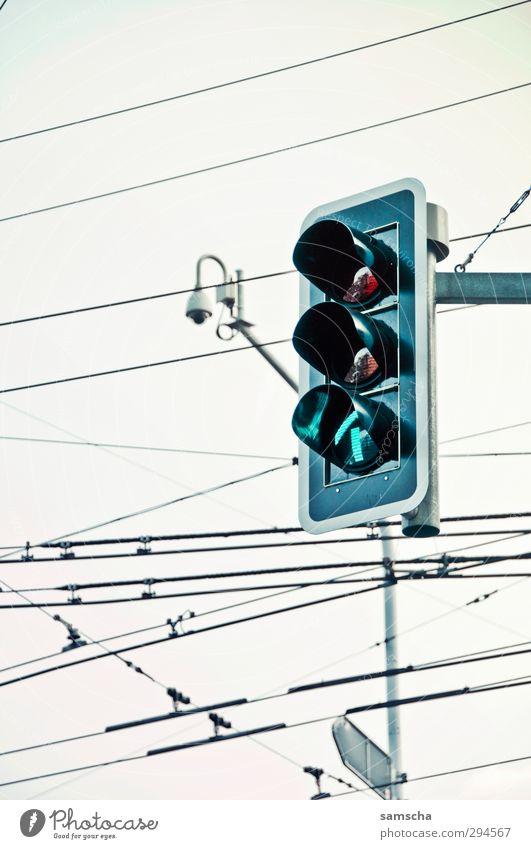 grüne Welle grün Stadt rot Straße orange Verkehr warten fahren Pfeil Verkehrswege Stadtzentrum Autofahren Ampel Personenverkehr Straßenkreuzung Hochspannungsleitung